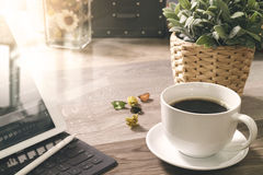 O copo de café e a tabela de Digitas entram o teclado esperto, vaso florescem-na Fotos de Stock Royalty Free