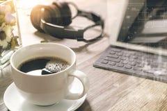 O copo de café e a tabela de Digitas entram o teclado esperto, vaso florescem-na Imagem de Stock Royalty Free