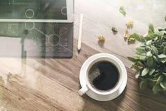 O copo de café e a tabela de Digitas entram o teclado esperto, vaso florescem-na Fotos de Stock