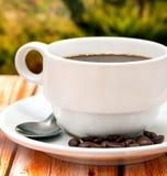 O copo de café fresco mostra o café e a cafeína do Decaf foto de stock