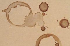O copo de café soa manchas em uma textura do papel marrom Fotografia de Stock