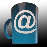 O copo de café do email mostra uma comunicação de Caf? do Internet Foto de Stock