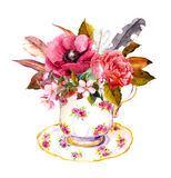 O copo de chá com flores cor-de-rosa, vintage empluma-se Aquarela para o teatime ilustração royalty free