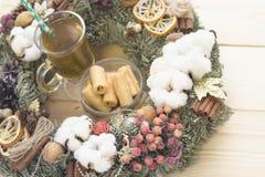 O copo de Ta do chá e uma bacia de cookies dentro de um Natal envolvem-se Foto de Stock