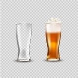 O copo de vidro com cerveja, anúncios ensaboa o modelo atrativo da cerveja da cerveja no molde 3d na ilustração transparente do e ilustração stock