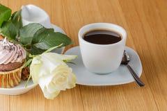 O copo do café preto e aumentou no desktop Imagem de Stock