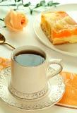 O copo do chá, bolo da fruta e levantou-se Fotos de Stock Royalty Free