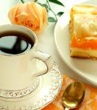 O copo do chá, bolo da fruta e levantou-se Foto de Stock Royalty Free