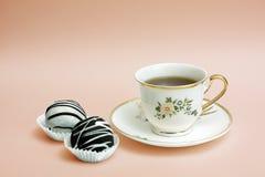 O copo do chá com bolos fotografia de stock royalty free