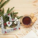 O copo do chá com cookies marca com um coração da grinalda do Natal imagem de stock royalty free