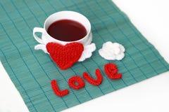 O copo do chá com faz crochê o coração Fotografia de Stock
