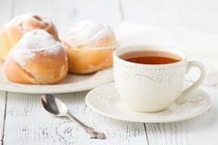 O copo do chá e as rosas pequenas da maçã deram forma a tortas Torta doce da sobremesa da maçã Imagens de Stock
