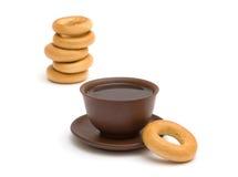 O copo do chá e dos anéis de espuma Imagem de Stock
