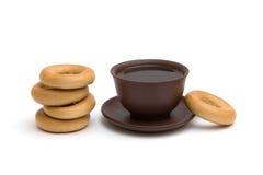 O copo do chá e dos anéis de espuma Imagens de Stock Royalty Free