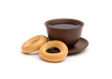 O copo do chá e dos anéis de espuma Imagem de Stock Royalty Free