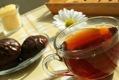 O copo do chá, o doce com o chocolate a Fotos de Stock