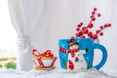 O copo do fundo do Natal com um boneco de neve e o fruto trituram tortas imagem de stock