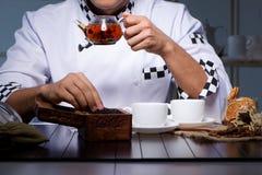 O copo perito da fabricação de cerveja do chá da bebida fotografia de stock