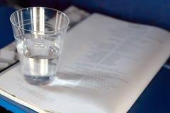 O copo plástico com água está no compartimento fotos de stock royalty free