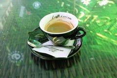 O copo preto 'de Vescovi marcado café 'imprimiu na placa: 'un 'arte 'do ½ do ¿ do ï do ½ do ¿ do caffï do IL em uma barra de Drob imagem de stock