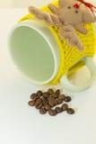 O copo verde com atadura amarela, caneca descansa Fotografia de Stock