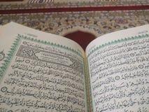 O Corão santamente em inglês e em árabe Oriental-teste padrão bonito em um tapete denominado foto de stock royalty free