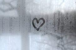O coração é pintado no vidro misted no inverno foto de stock royalty free