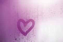 O coração é pintado no vidro misted no inverno fotografia de stock royalty free