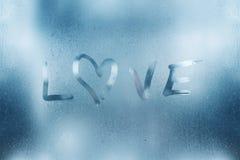 O coração é pintado no vidro misted no inverno fotos de stock