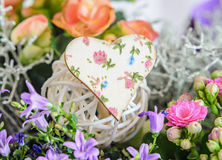 O coração com flores modela, flores malva selvagens, flores cor-de-rosa de Calandiva Imagens de Stock Royalty Free
