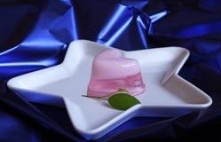 O coração cor-de-rosa deu forma à geléia na placa dada forma estrela Imagens de Stock Royalty Free