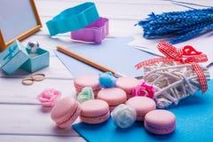 O coração cor-de-rosa deu forma a bolinhos de amêndoa e a alianças de casamento com cartão, quadro da foto Fotografia de Stock