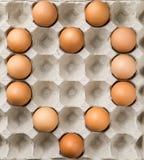O coração dado forma faz pelo ovos na bandeja Imagens de Stock Royalty Free