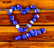 O coração de pedra está na madeira Foto de Stock