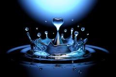O coração de queda deu forma à gota da água na água Fotos de Stock