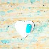 O coração deu forma à almofada com o rato no fundo de madeira fotos de stock royalty free