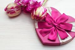 O coração deu forma à caixa de presente do dia de Valentim com tulipas e ao lugar para o texto Foto de Stock Royalty Free