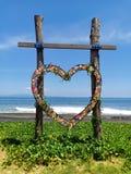 O coração deu forma à simpatia de madeira para o casamento, na praia da ilha de Bali, Indonésia fotografia de stock royalty free