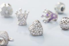 O coração deu forma ao grânulo do encanto com os diamantes para o bracelete chain foto de stock