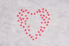 O coração deu forma ao papel cortado para arranjar como o fundo foto de stock royalty free