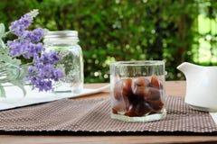 O coração deu forma aos cubos de gelo do café prontos para o Latte de Caffe do gelo Fotografia de Stock