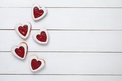 O coração deu forma a cookies com doce para o dia de Valentim no fundo de madeira branco Fotos de Stock Royalty Free