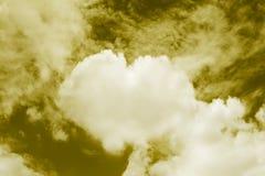 O coração deu forma a nuvens no céu, nuvens dadas forma doces dos temas da cor de Valentine Background Yellow do coração Imagens de Stock