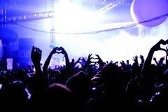 O coração do amor entrega a silhueta no festival Foto de Stock