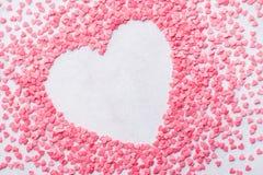 O coração do dia de Valentim deu forma ao fundo do quadro feito dos doces fotos de stock royalty free