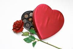 O coração do dia do Valentim com levantou-se Fotos de Stock