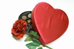O coração do dia do Valentim e levantou-se Fotos de Stock Royalty Free