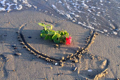 O coração e aumentou na praia Fotografia de Stock Royalty Free