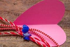 O coração e a estrela azuis pequenos em padeiros vermelhos e brancos retorcem com coração de papel cor-de-rosa Imagens de Stock Royalty Free