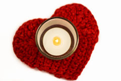 O coração faz crochê a pousa-copos e a vela imagem de stock royalty free